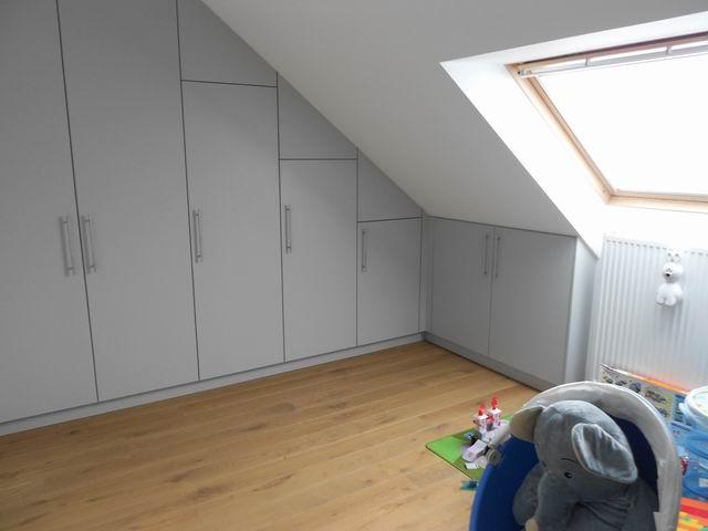 Inrichting slaapkamer schuin dak wand als opbergruimte gebruik de ruimte onder het schuine dak - Slaapkamer onder het dak ...
